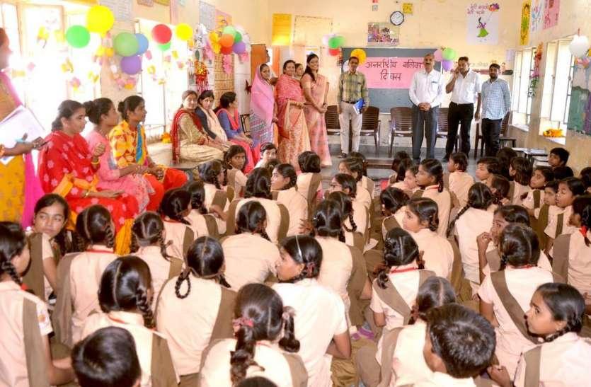 अभिनय से बालिकाओं ने दिया शिक्षा का संदेश