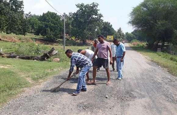 विभाग ने नहीं सुनी तो उठाया कुदाल-फावड़ा और शुरू कर दिया सड़क के गड्ढे पाटना