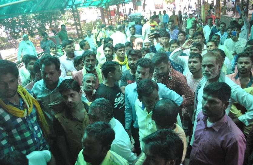 बैंक से नगद निकासी पर कट रहा टीडीएस, व्यापारियों ने किसानों का भुगतान रोका, देखें वीडियो
