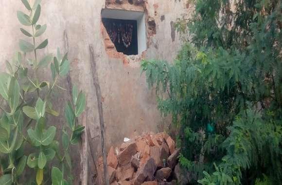दीवार में सेंध लगाकर अंदर घुसे चोर, फिर मचाई धमाचौकड़ी