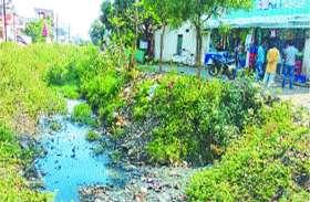 इस शहर में नहरों से पानी की जगह बह रही गदंगी