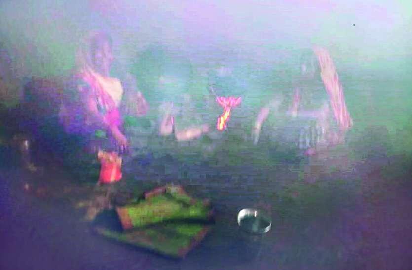 प्राथमिक स्कूल के किचन में धुआं, खाना बनाने की मजबूरी में लाल हो रहीं आंखें