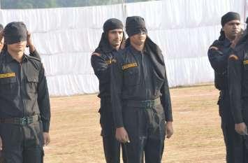अलवर क्यूआरटी कमांडो ने आँख पर काली पट्टी बाँध हथियार तैयार कर फायरिंग पॉजिशन का किया प्रदर्शन