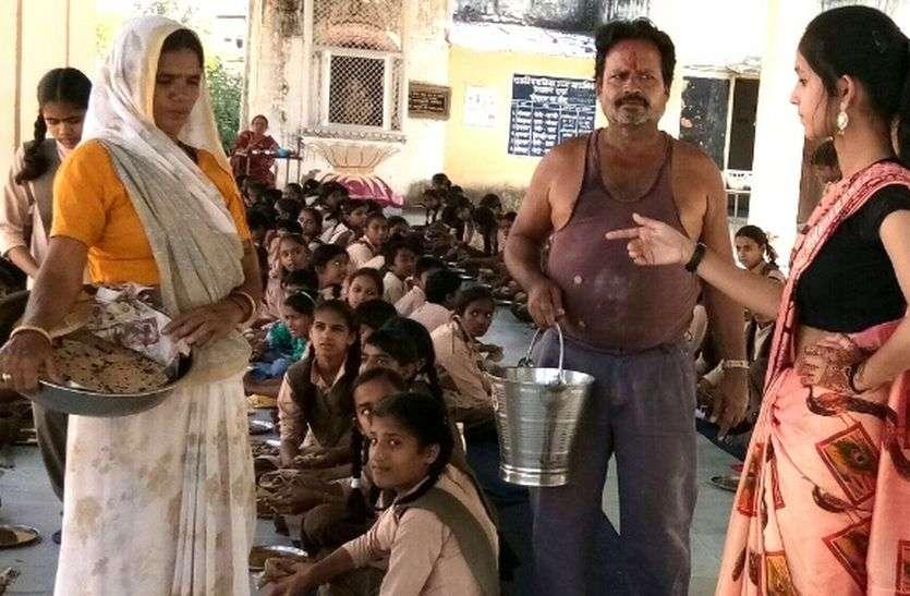 बेटियों ने चलाया स्कूल, सीट पर बैठते ही बोली-पोषाहार में सफाई रखा करो
