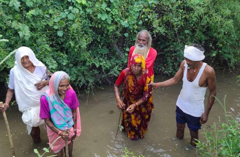 मूलभूत सुविधाएं नहीं होने से परेशानी के बीच जीवन यापन कर रहे ग्रामवासी, नदी पार कर जा रहे स्कूली बच्चे