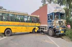 स्कूल बस और ट्रक की भिड़ंत, एकदर्जन बच्चे घायल