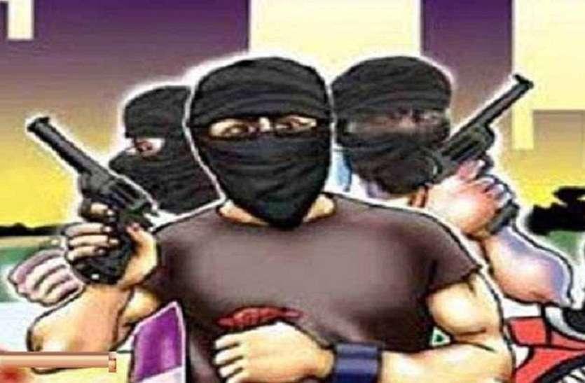 बेखौफ बदमाश : एसएसपी आवास के सामने ही इंस्पेक्टर को लूट लिया