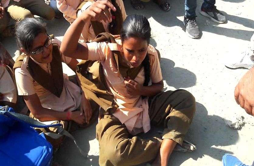 अंतराष्ट्रीय बालिका दिवस: प्रिंसिपल की कुर्सी की जगह सडक़ पर बैठना पड़ा छात्राओं को