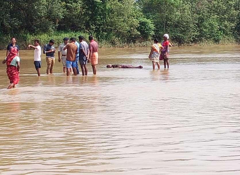 Breaking News: नदी में नहाने गए बच्चों ने अचानक युवती की नग्न लाश देखी तो..., माता-पिता बोले- दुष्कर्म के बाद की गई है हत्या