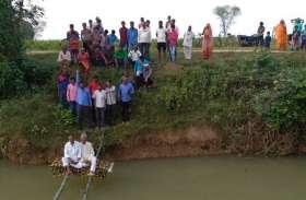 नदी के बीच मचान में बैठकर धरना, पांचवे दिन नहीं पहुंचे अफसर