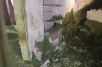 बारिश की वजह से गिरे मकान, अब हुए बेघर