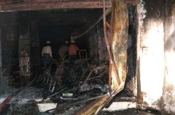 बाइक शोरूम में लगी भीषण आग, ऊपरी मंजिल पर रहने वाले परिवार को सुरक्षित निकाला....