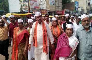 गांधी के संदेशों से गूंजा शहर, भाजपा ने सांसद विजय तो कांग्रेस ने विधायक वोरा के नेतृत्व में निकाली पदयात्रा