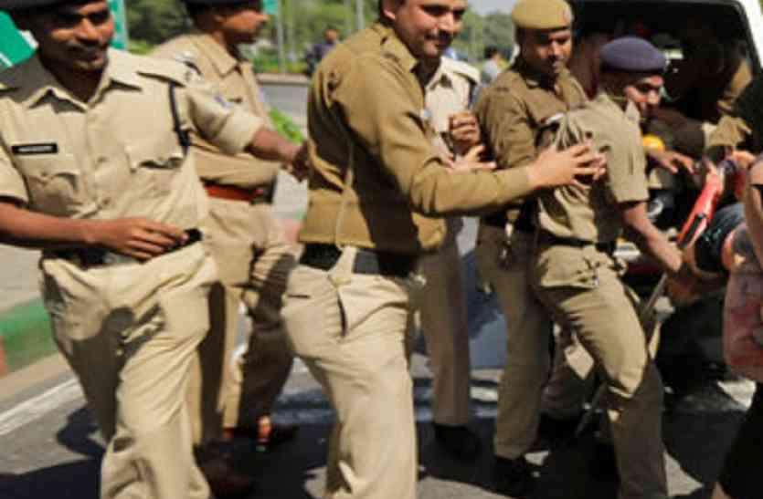 पुलिस पर पथराव, आत्मरक्षा में दागे आंसू गैस के गोले