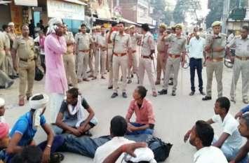 इस महिला की हुई मृत्यु, सपा कार्यकर्ताओं ने हत्या का लगाया आरोप, किया प्रदर्शन, पुलिस बल तैनात