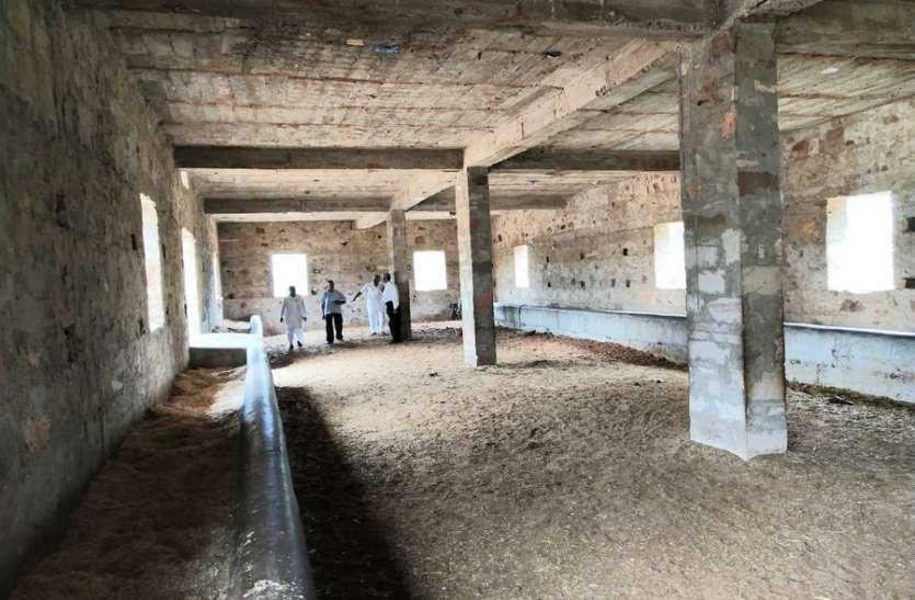मेहंदीपुर बालाजी महंत ने गोशाला समिति को दिया आर्थिक सहयोग