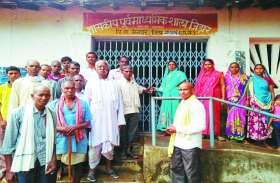 शिक्षक के तबादले से आक्रोशित पालकों ने स्कूल का घेराव कर किया तालाबंदी