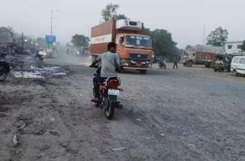 बारिश खत्म होने के बाद अब सड़कों पर उड़ रही मुरम और धूल