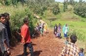 नेताओं ने नहीं सुनी, तो ग्रामीणों ने खुद बनानी शुरू की सडक़