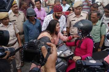 नव विवाहिता दुल्हन ने दी यातायात नियमों के पालन की सीख