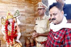 सड़क हादसे में पत्नी की मौत के बाद पति ने इसलिए बनवा दिया मंदिर, पुलिस से करवाई पूजा-पाठ