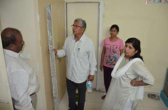 दबंग मंत्री - लात मारकर खोला दरवाजा, फिर पूछा- ये क्या चल रहा है