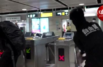 Video: प्रदर्शनकारियों नहीं मान रहे हार, हांगकांग मेट्रो में घुसकर कर रहे तोड़फोड़
