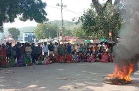 बकाया भुगतान के लिए नगर परिषद के बाहर सफाइकर्मियों का प्रदर्शन