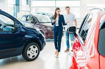 नई कार खरीदते वक्त इन बातों का रखें ध्यान, शोरूम पर इस तरह लगाया जाता है चूना