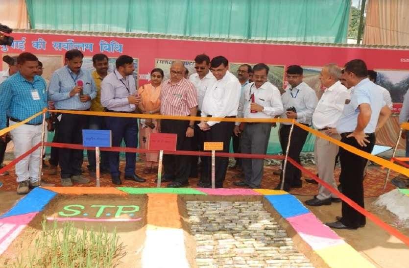 प्रमुख सचिव ने चलाया ट्रैक्टर, किसानों को दिए खाद बीज को लेकर टिप्स
