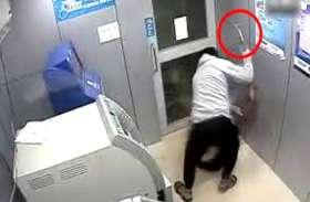 ATM से पैसे निकालते ही नकाबपोश ने अड़ा दिया चाकू, हिम्मती अधेड़ ने विरोध करके लुटेरे को भागने पर कर दिया मजबूर