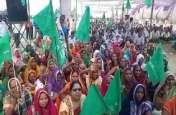 UP: मुआवजे को लेकर आंदोलन कर रहे किसानों ने बुलाई महापंचायत, चार गुना मुआवजा पर अड़े