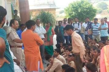 आमेर घूमने आए स्कूली छात्रों को ट्रैफिक पुलिस ने सिखाए यातायात नियम