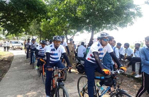 आर्मी अधिकारियों की निकली साइकिल रैली