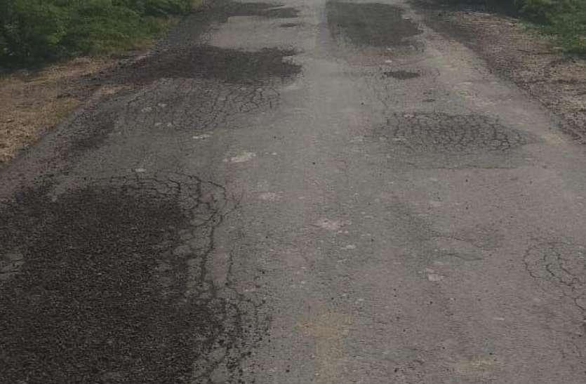 डेढ़ वर्ष पूर्व बनी सड़क क्षतिग्रस्त, कहीं निर्माण अधूरा