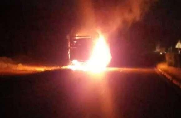 हाईवे पर दौड़ता रहा आग की लपटों से घिरा ट्रक, सहम उठे लोग