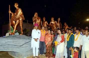 टोंक बस स्टैण्ड पर रोशनी से जगमग हुई महात्मा गांधी की दांड़ी यात्रा, सभापति लक्ष्मी जैन ने किया शुभारम्भ
