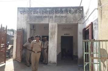 Theft in mini bank : किसानों के पैसे पर डाका, मिनी बैंक से तिजोरी उखाड़ ले गए