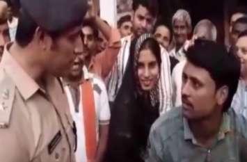 करवाचौथ से पहले पुलिस ने इस पति के साथ किया ऐसा कि पत्नी ने तुरंत किया समर्थन, देखें वीडियो