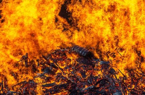 सड़कों पर मौत का सामान, कड़बी में लगी आग