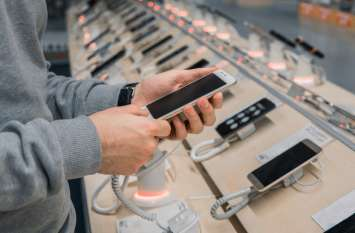 टिकट लेने लाइन में खड़ी महिला का मोबाइल हुआ चोरी