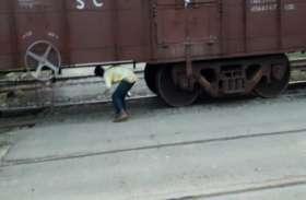 इस गांव में एक से बड़े एक बाहुबली, जान जोखिम में डाल रेलवे इंतजामों में लगा रहे पलीता