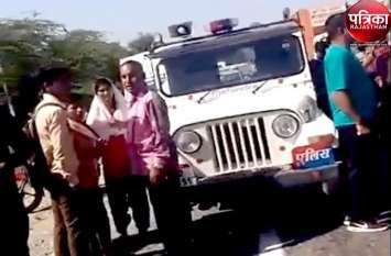 VIDEO : सडक़ पार करती स्कूली छात्रा से छुटी मां की अंगुली, ट्रक की चपेट में आने से छात्रा की मौत