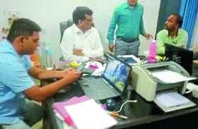 रोजगार सहायक ने अपने बॉस जनपद सीइओ को १० हजार की रिश्वत लेते गिरफ्तार कराया