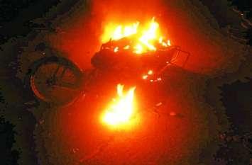 दो बाइकों में हुई जबरदस्त टक्कर, फिर देखते ही देखते जलकर खाक हो गई बाइक