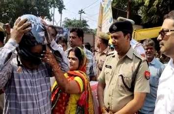 करवा चौथ पर इस IPS ने पत्नियों के हाथों पतियों को पहनाए हेलमेट