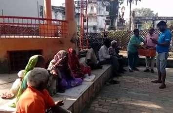 भूखे लोगों को देखकर पसीज गया इन चार युवाओं का मन, मदद के लिए बढ़ाए हाथ और अब रोजाना 70 गरीबों को करा रहे भोजन