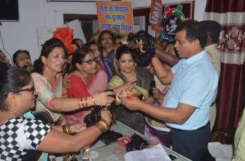 भाजपा महिला मोर्चा की कार्यकर्ताओं ने निगम आयुक्त को चूड़ियां भेंट की