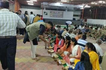 Muzaffarnagar में Happy Birthday बोलने के बाद अब पुलिस अधिकारी कर्मचारियों को अपने हाथ से खिला रहे खाना