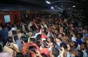 प्रमोशन ऑन व्हील्स ट्रेन में अक्षय कुमार के बाहर नहीं आने से निराश हुए सूरती